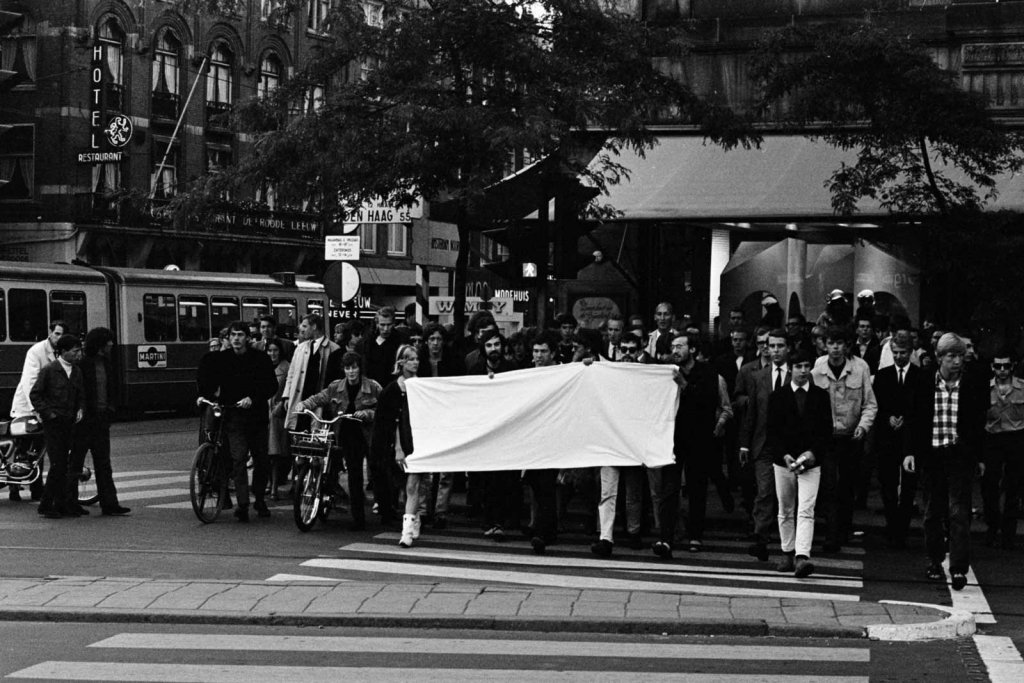 Anti-police demonstration on Dam, Amsterdam, 30 June 1968. In the picture among others: Hans Tuynman, Rob Stolk, Hans Metz. Photographer: Hans Steinmeier/Anefo. Public Domain. Source: Nationaalarchief